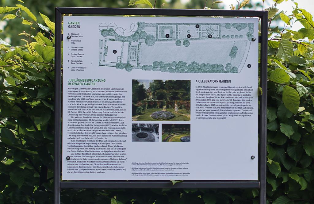 Wetterfeste Tafel in einem Garten. Darauf ist der Plan des Gartens zu sehen.