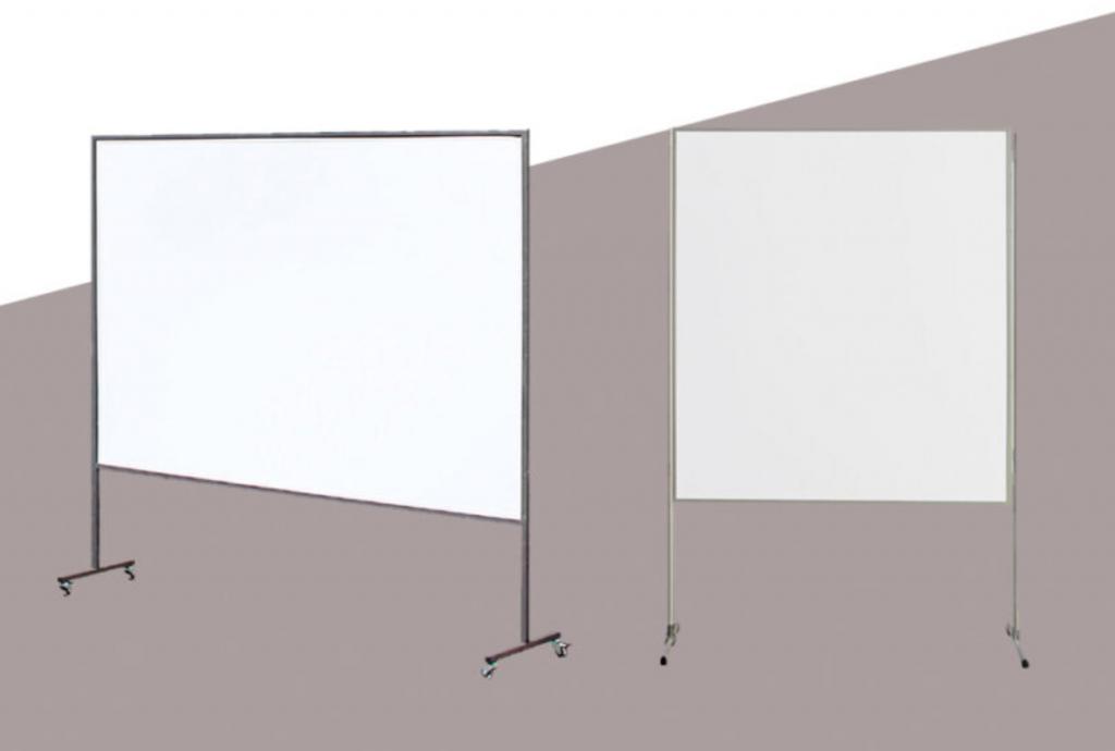 Zwei weiße Pinnwandtafeln auf Rollen, eine im rechteckigen Format, die andere quadratisch.